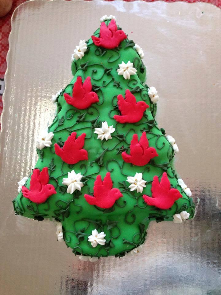 pastel pino y pajaritos rojos