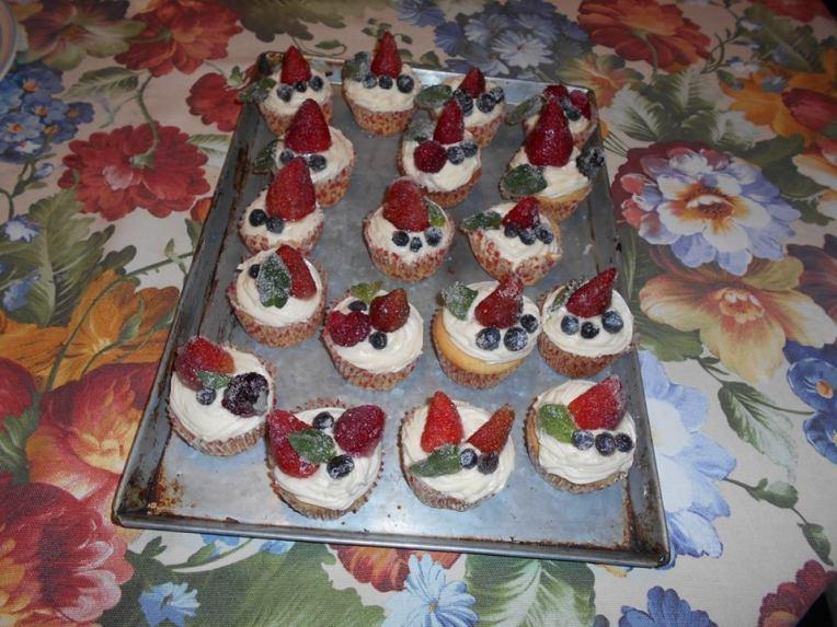 cupcakes de almendras con frutops rojos escarchados