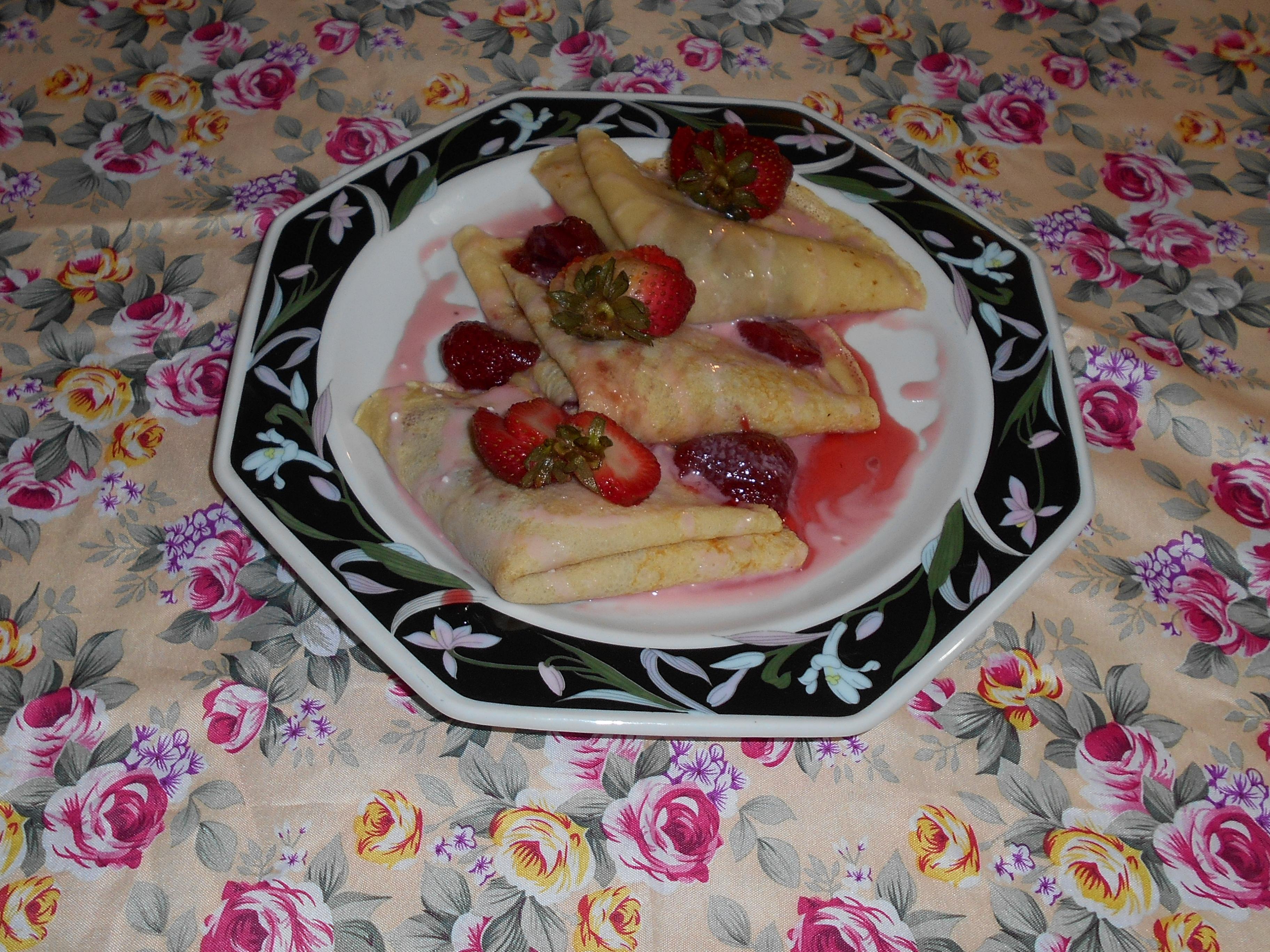crepas con conserva de fresa y crema foto