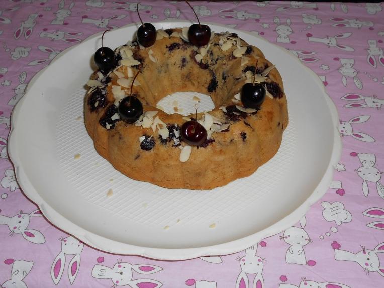 foto de pastel de desayuno de almendras y cerezas