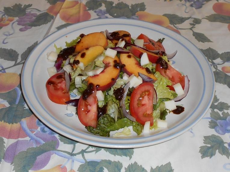 foto ensalada de verduras y queso feta durazno