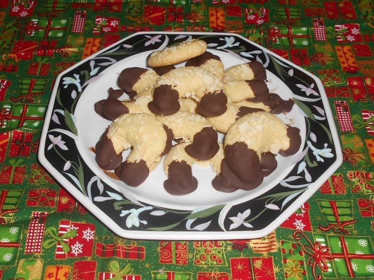medias lunas de almendra y chocolate foto