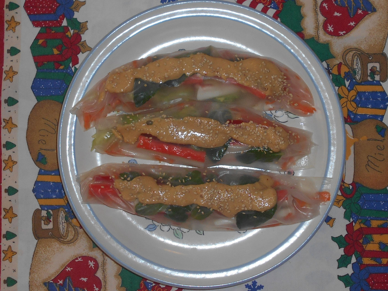 rollos de papel arroz con salsa de cacahuate
